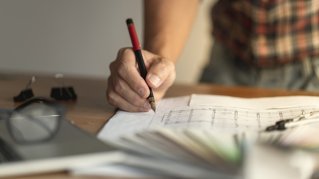 Hand auf stift des kreativen denkens des architekten im architekturdesign des modernen hauses