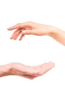 Hand ausstrecken, um jemandem zu helfen