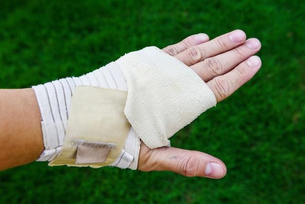 Hand bedeckt durch medizinischen verband