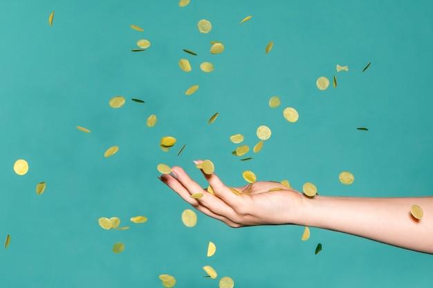 Hand berührt das goldene konfetti