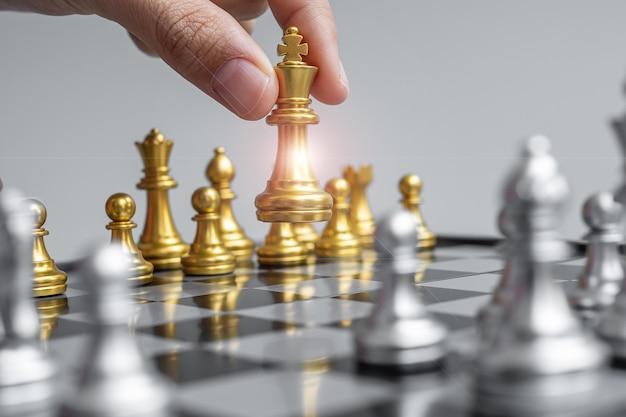 Hand bewegende goldene schachkönigsfigur