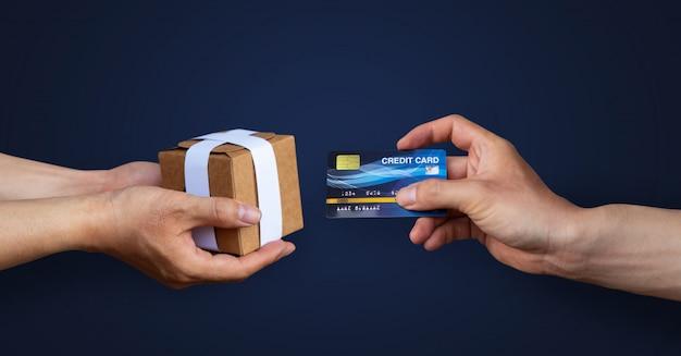 Hand bezahlen oder mit kreditkarte einkaufen