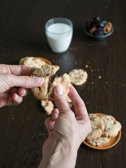 Hand bricht frische leckere dattelkekse