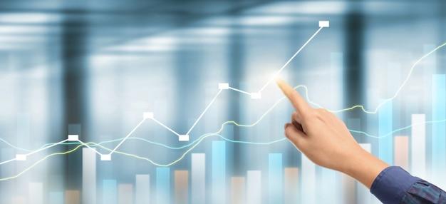 Hand businessman plant das wachstum des diagramms und die zunahme der positiven indikatoren des diagramms in seinem geschäft