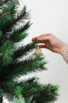 Hand dekorieren weihnachtsbaum