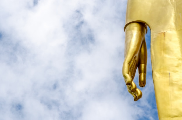 Hand der buddha-statue am blauen himmel