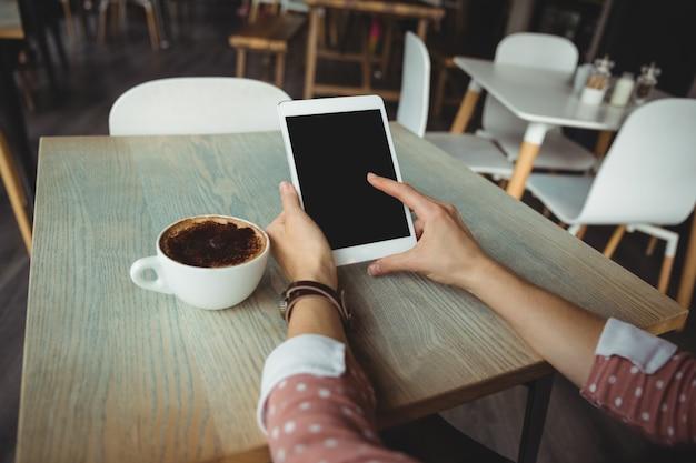 Hand der frau, die digitale tablette verwendet