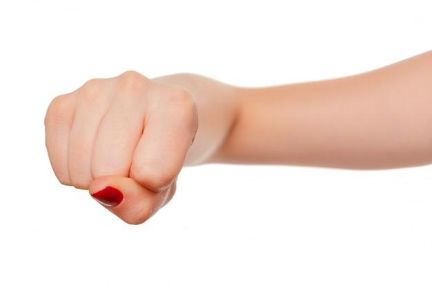 Hand der frau mit der faustgeste getrennt auf weiß