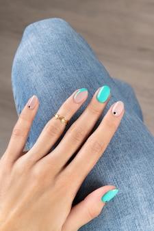 Hand der gepflegten frau mit modischem goldenen ring