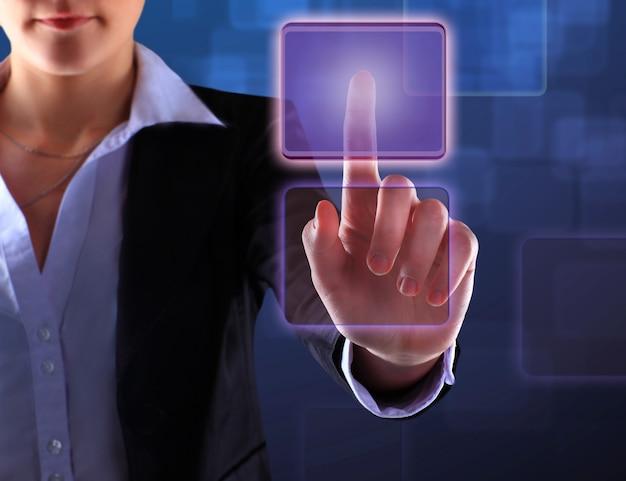 Hand der geschäftsfrau, die einen knopf auf einer touchscreen-schnittstelle drückt