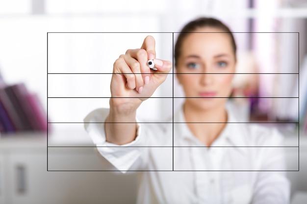 Hand der geschäftsfrau, die liste auf dem bildschirm mit marker schreibt