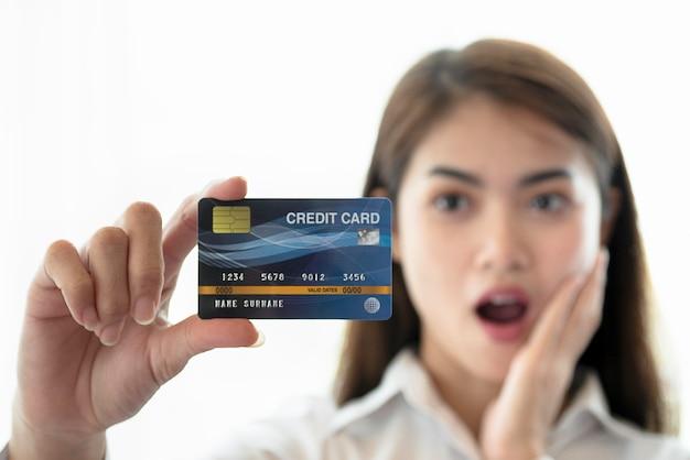 Hand der jungen frau kreditkarte halten