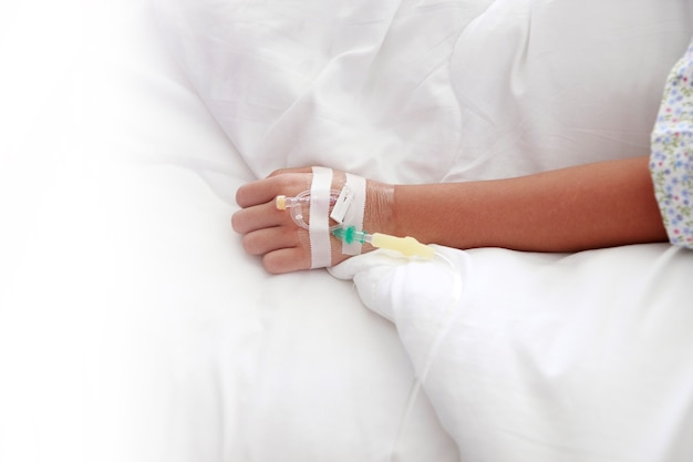 Hand der krankenschwester, intravenös