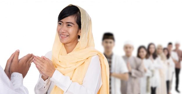 Hand der muslimischen frau, die gruß berührt