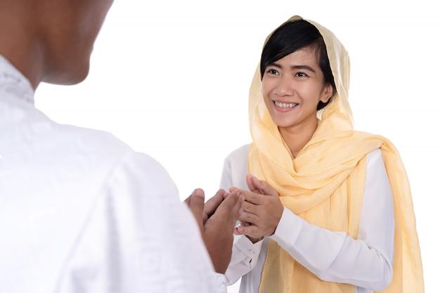 Hand der muslimischen frau, die händedruck berührt