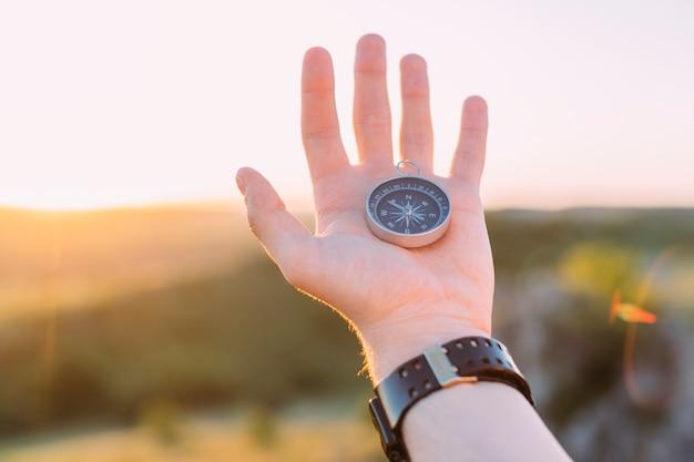 Hand der person, die kompass hält