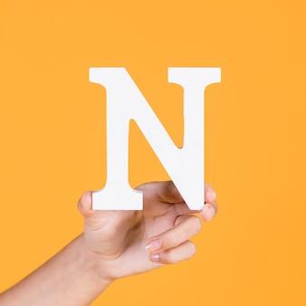 Hand der person, die n-alphabet zeigt