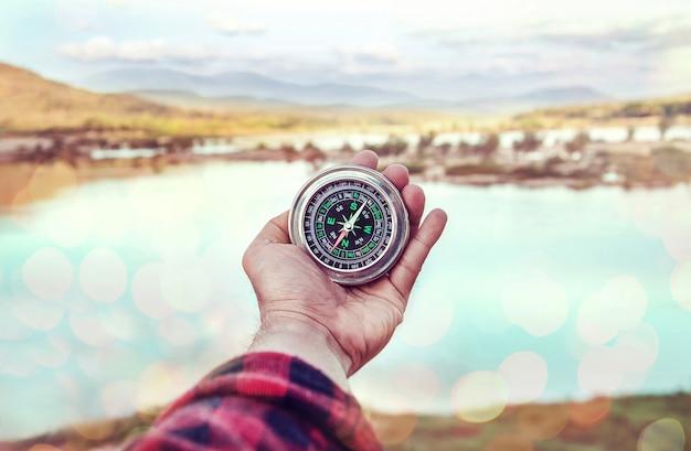Hand der person kompass halten