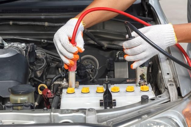 Hand des automechanikers. autoreparaturservice.