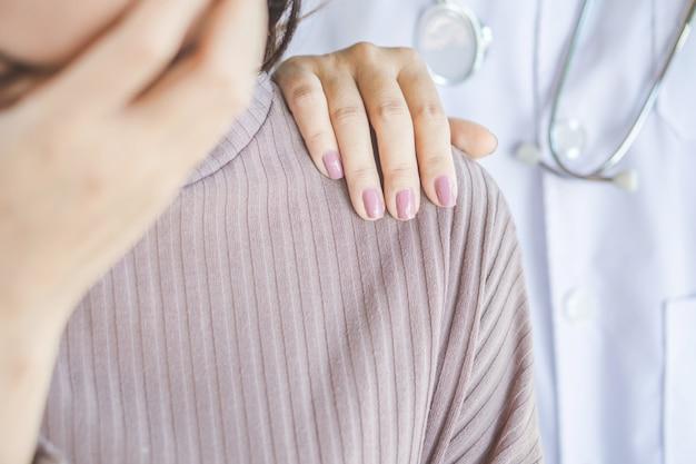 Hand des doktors, die weiblichen patienten tröstet