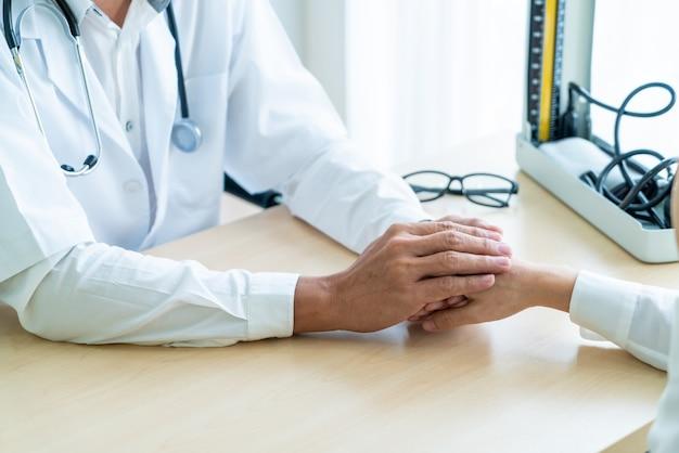 Hand des doktors ihren weiblichen patienten versichernd
