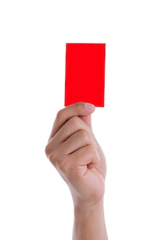 Hand des fußballschiedsrichters, der rote karte auf weißem hintergrund zeigt.