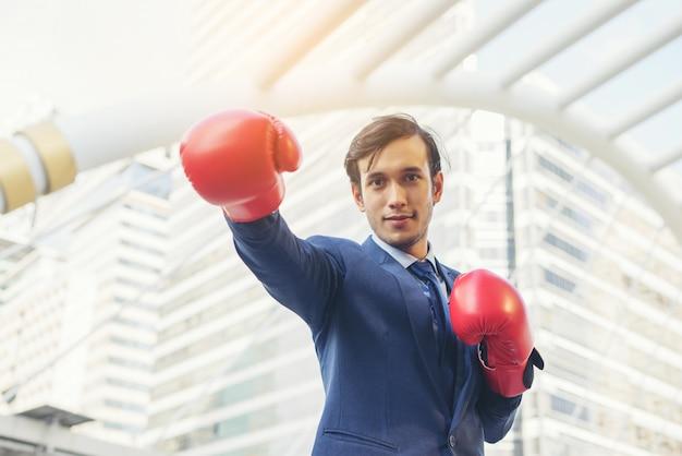 Hand des geschäftsmannes, die boxhandschuhe trägt.