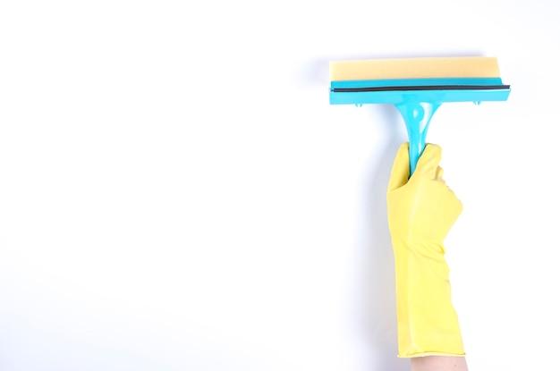 Hand des hausmeisters, der gummiwalze auf weißem hintergrund verwendet