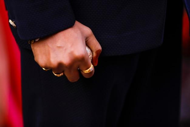 Hand des indischen bräutigams bei der zeremonie