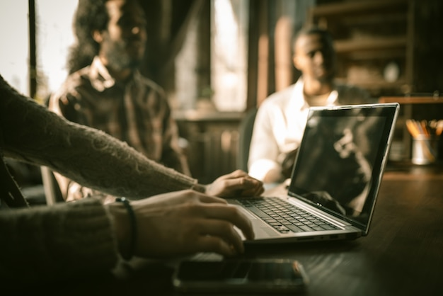 Hand des kaukasischen mannes, der auf laptop tippt