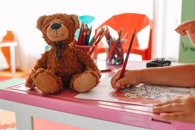 Hand des kindes mit farbstift zeichnen