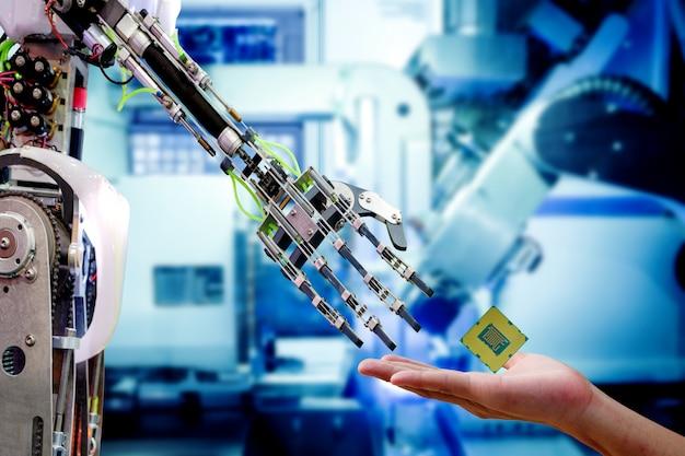 Hand des männlichen ingenieurs, der cpu-prozessor zum roboter sendet, damit aktualisierung leistungsfähiger arbeitet
