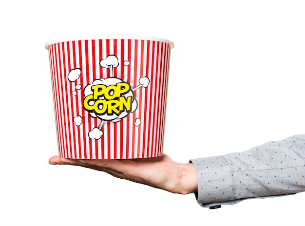 Hand des mannes, der popcornkasten anhält