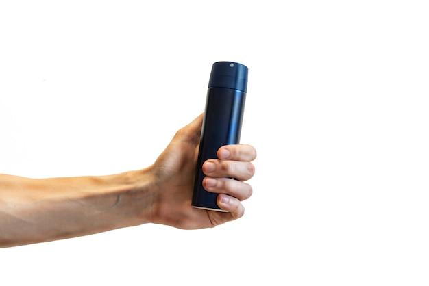 Hand des mannes, die blaue aluminiumdesodorierungsmittelflasche anhält
