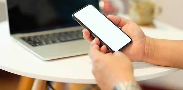 Hand des mannes, die smartphone hält