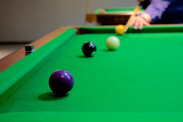 Hand des mannes, die snooker spielt