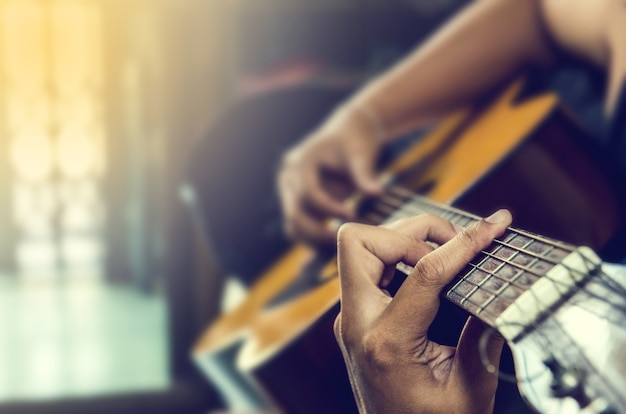 Hand des mannes in der klassischen gitarre
