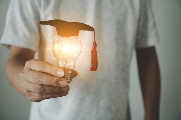 Hand des mannes mit glühbirne. konzept der bildung und des kreativen ideendenkens und der technologischen innovation der zukunft
