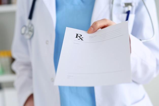 Hand des medizinarztes, der verschreibungspflichtige liste zur nahaufnahme des patienten gibt