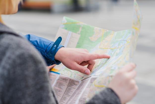 Hand des menschen zeigt auf karte