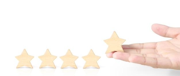 Hand des setzens erhöhen holzform mit fünf sternen