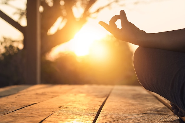 Hand des übenden meditationsyoga der frau