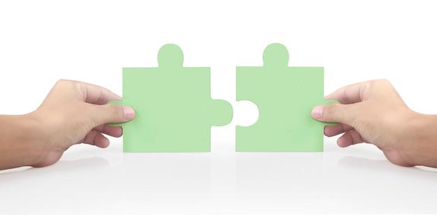 Hand des verbindungspuzzles, konzept der teamarbeit. isoliert