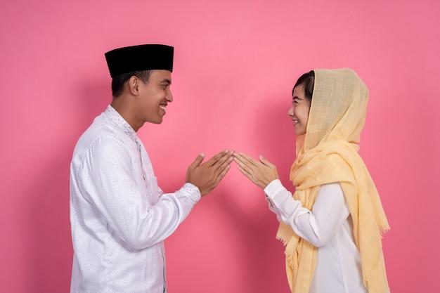 Hand des verheirateten paares, das muslimische vergebung berührt
