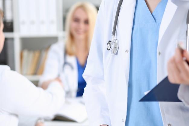 Hand des weiblichen medizinarztes