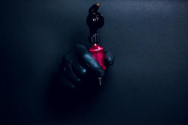 Hand detail mit rotierender tätowiermaschine