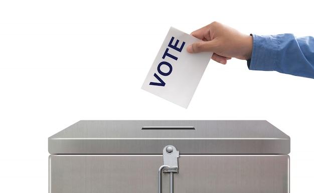 Hand, die abstimmungspapier, wahlen und demokratiekonzept setzt