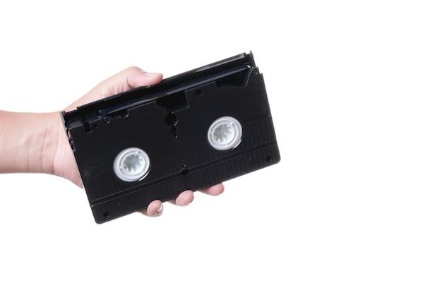 Hand, die altes analoges vhs videokassettenband anhält
