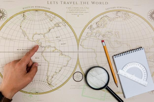 Hand, die auf destionation auf karte zeigt