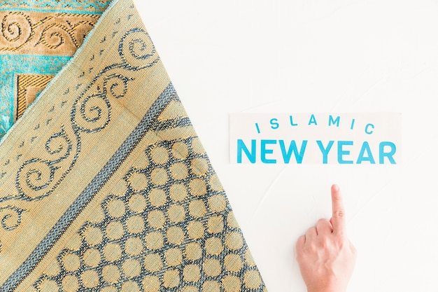 Hand, die auf islamisches neues jahr zeigt